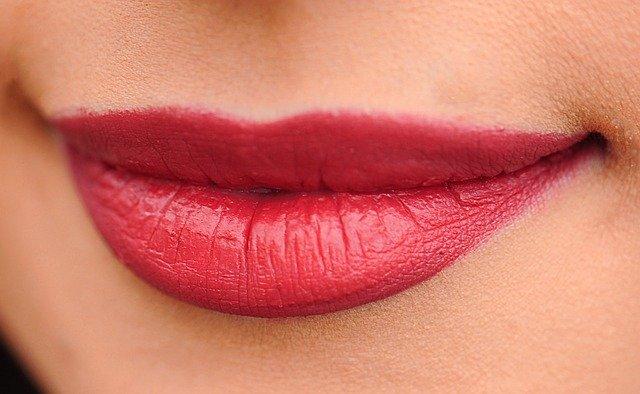 Makijaż ust - jakie kosmetyki są potrzebne?